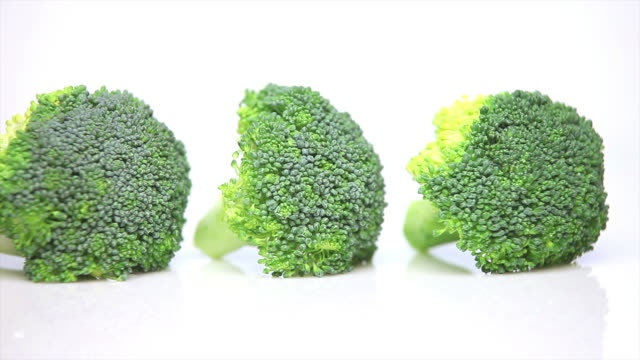 fresh broccoli florets close-up dolly shot - weißer hintergrund stock videos & royalty-free footage