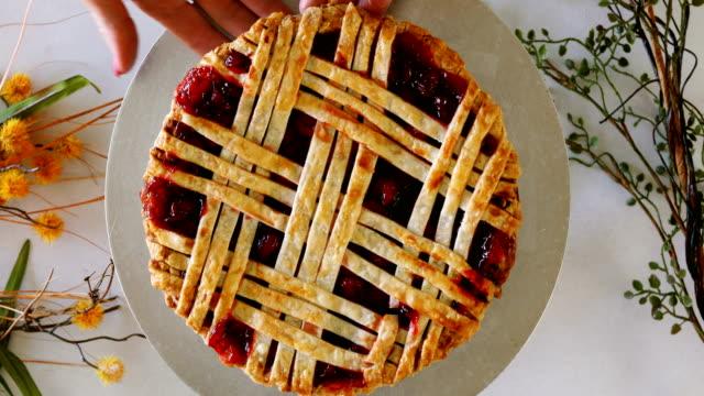 vídeos y material grabado en eventos de stock de pastel de cereza fresca en exhibición - pastel dulce