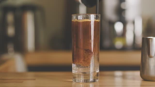 新鮮な冷たいコーヒートニックドリンク - ソーダ類点の映像素材/bロール