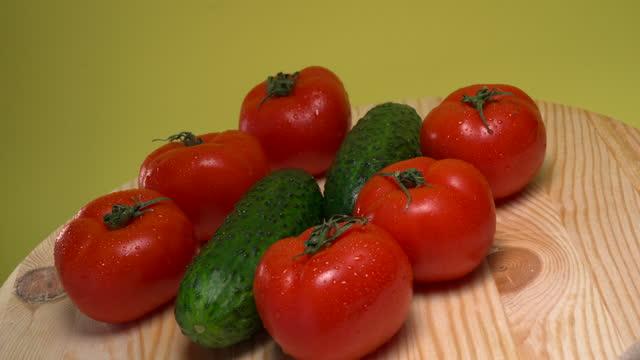 stockvideo's en b-roll-footage met verse komkommers en tomaten - kromme