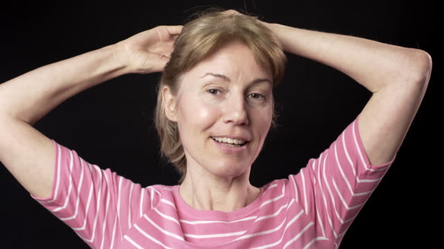 fresh faced woman with no make-up - coda di cavallo video stock e b–roll