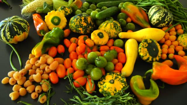 vídeos y material grabado en eventos de stock de productos del mercado de agricultores frescos - calabaza no comestible