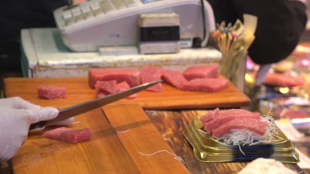 新鮮な魚を築地市場で処理 - 飲食業点の映像素材/bロール