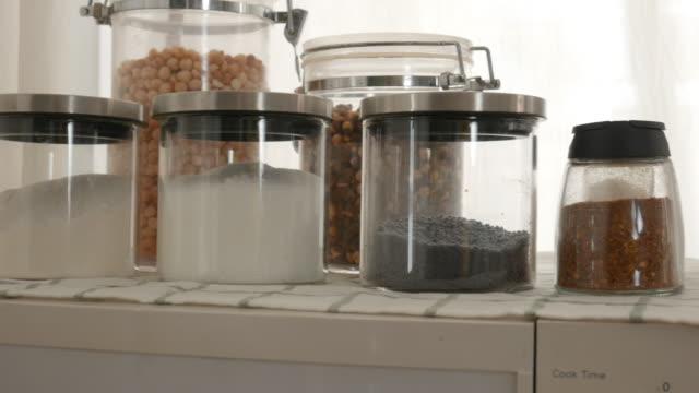vídeos de stock, filmes e b-roll de alimentos frescos na mesa, preparando-se para cozinhar on-line, e-learning, radiodifusão - sala de café da manhã