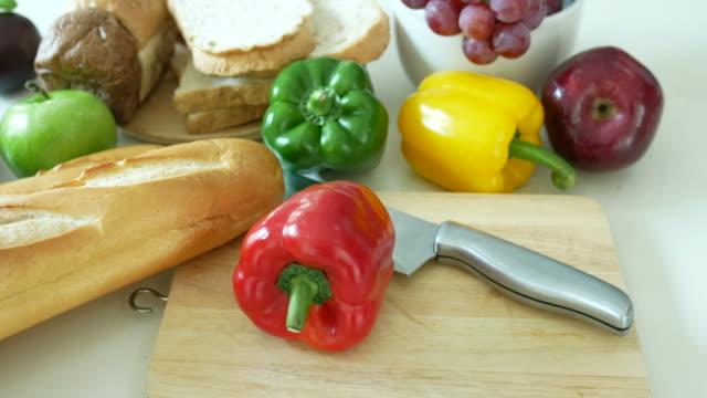 vers voedsel op witte tafel