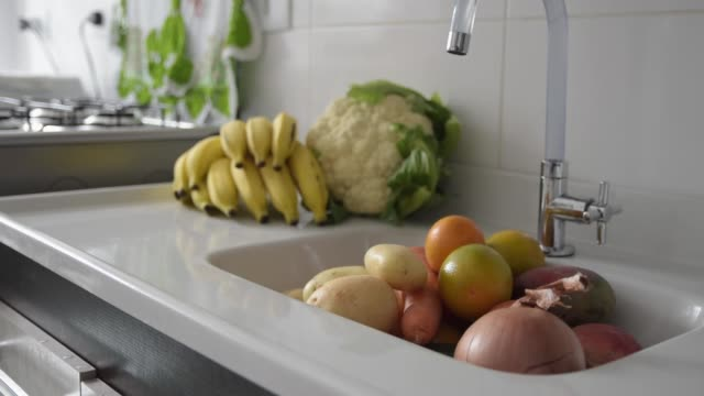 vídeos de stock e filmes b-roll de fresh fruits and vegetables - legume de folhas