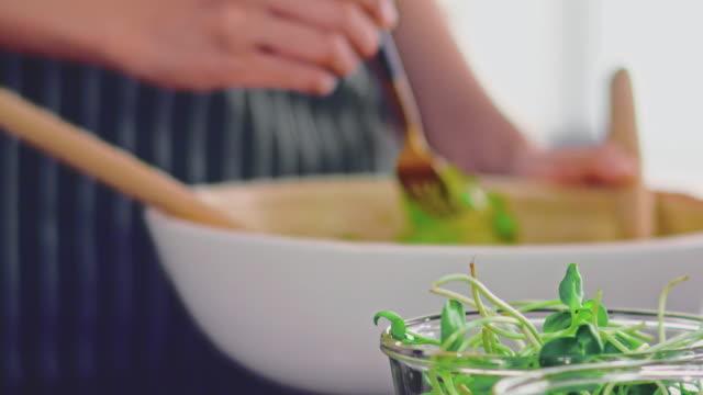 美しい朝の光の中で新鮮なグリーンサラダ。 - 低炭水化物ダイエット点の映像素材/bロール