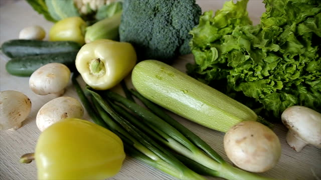stockvideo's en b-roll-footage met verse groene groenten, b-roll. dolly schieten - ingrediënt