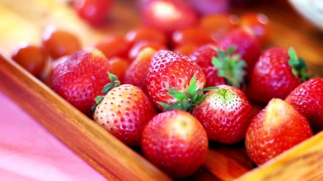vidéos et rushes de fraises juteuses à plateau en bois. - acide ascorbique