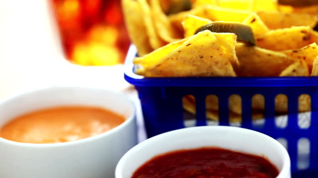 stockvideo's en b-roll-footage met fresh mexican salsa and tortilla chips - middelgrote groep dingen