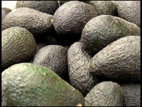 frische bio-haas-avocados - audio available stock-videos und b-roll-filmmaterial