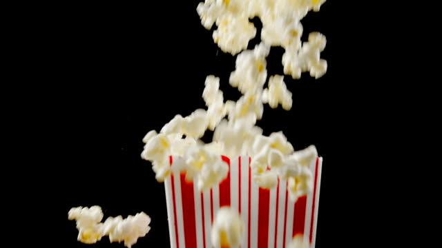 färska popcorn falla i rutan - popcorn bildbanksvideor och videomaterial från bakom kulisserna
