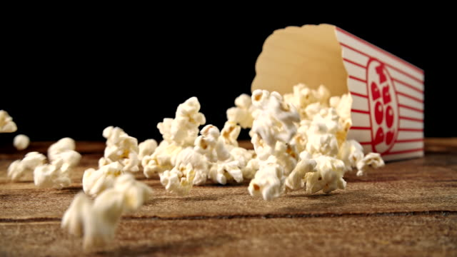 frisches popcorn herausfallen ein im feld - popcorn stock-videos und b-roll-filmmaterial