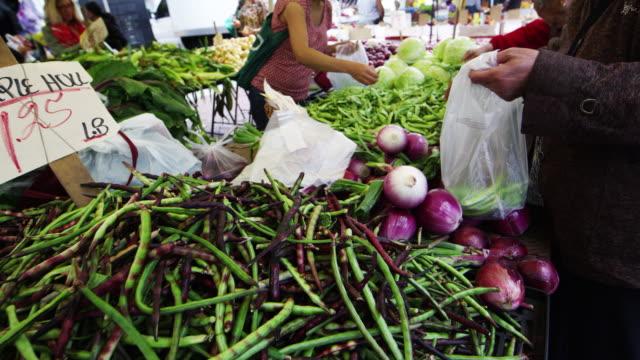 vídeos y material grabado en eventos de stock de fresh produce at market in san francisco - escritura occidental