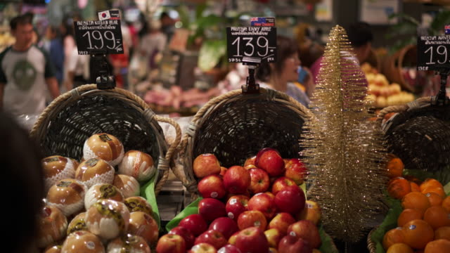 vídeos de stock, filmes e b-roll de fresh produce in grocery store, close up - jaqueta jeans