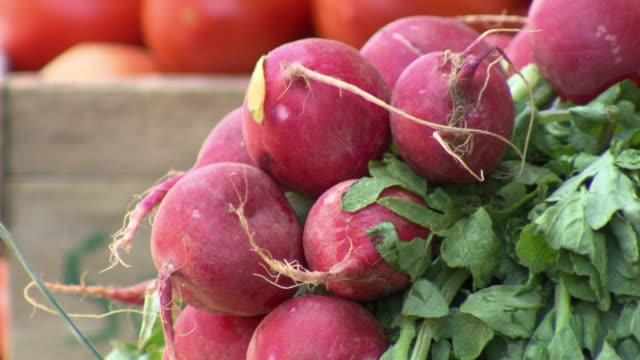 vidéos et rushes de cu of fresh radishes, la cancha market, cochabamba, bolivia - radis