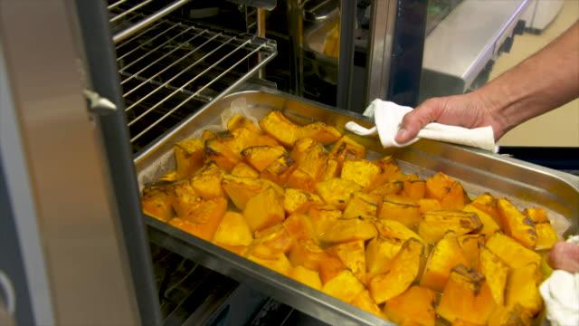 vídeos y material grabado en eventos de stock de calabaza asada fresca en un restaurante - asado alimento cocinado