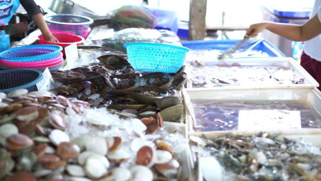 stockvideo's en b-roll-footage met verse zeevruchten op markt - vietnam