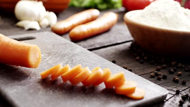 vídeos de stock e filmes b-roll de cenoura fresca cortada - ramo parte de uma planta