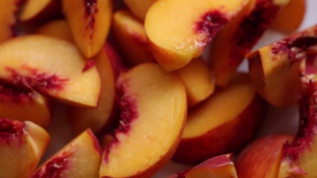 新鮮なスライスした桃 - モモ点の映像素材/bロール