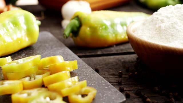 vídeos de stock e filmes b-roll de frescas fatias de pimenta - pimenta do reino