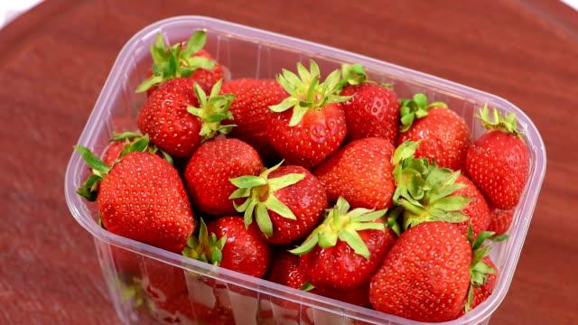 vídeos y material grabado en eventos de stock de fresca fresas en caja de plástico - bandeja
