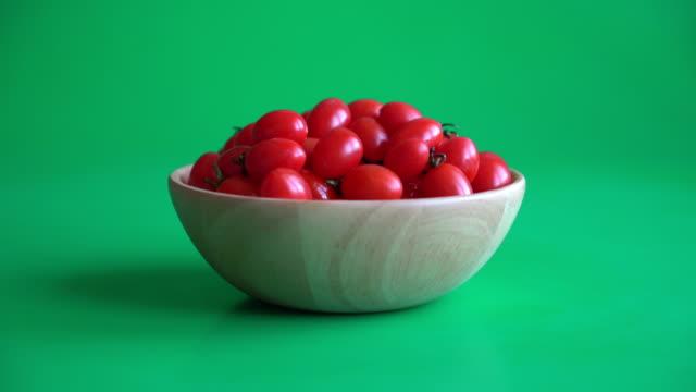 vídeos de stock, filmes e b-roll de tomates frescos - ramo parte de uma planta