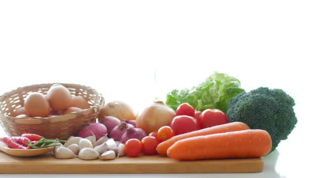 verdure fresche per una sana cottura del cibo - antiossidante video stock e b–roll