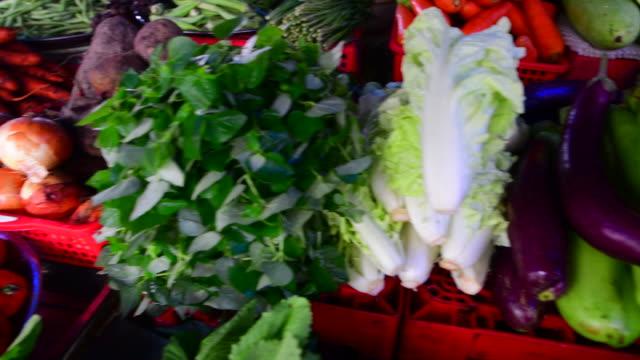 stockvideo's en b-roll-footage met verse groenten te koop op een lokale voedingsmarkt, straatverkopers in de mekong delta in vietnam - vietnam
