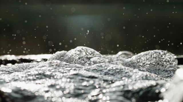 cu frischwasser sprudelt aus der quelle - süßwasser stock-videos und b-roll-filmmaterial