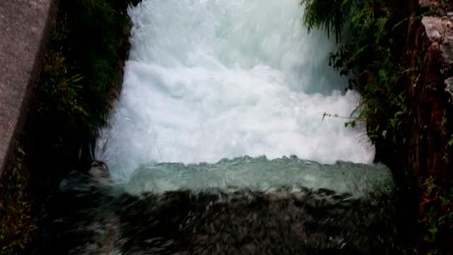 vídeos de stock, filmes e b-roll de água fresca que flui no canal da irrigação - dam