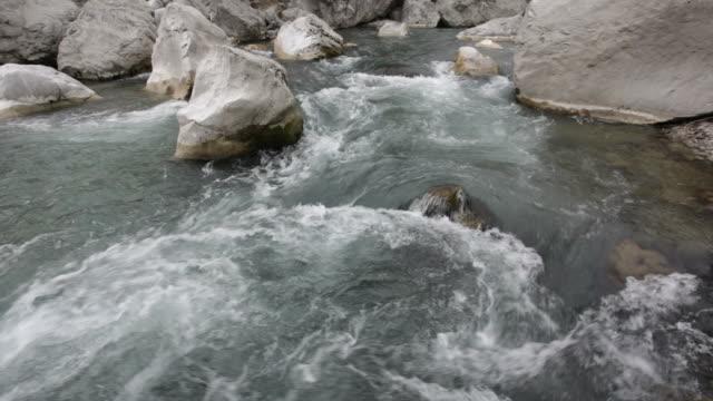 vídeos de stock e filmes b-roll de rio de montanha de água doce - movimento perpétuo