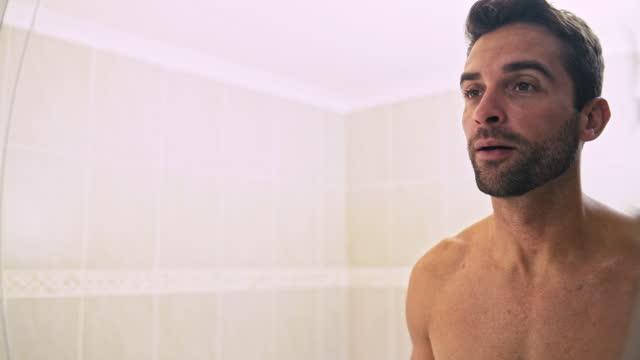vídeos de stock e filmes b-roll de freshening up to face a brand new day - lavar