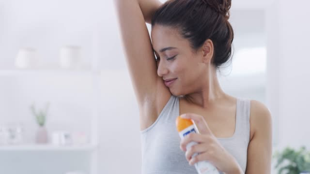 vídeos de stock e filmes b-roll de freshening up - desodorante