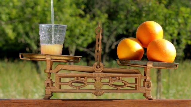 vídeos y material grabado en eventos de stock de jugo de naranja recién exprimido - vitamina c