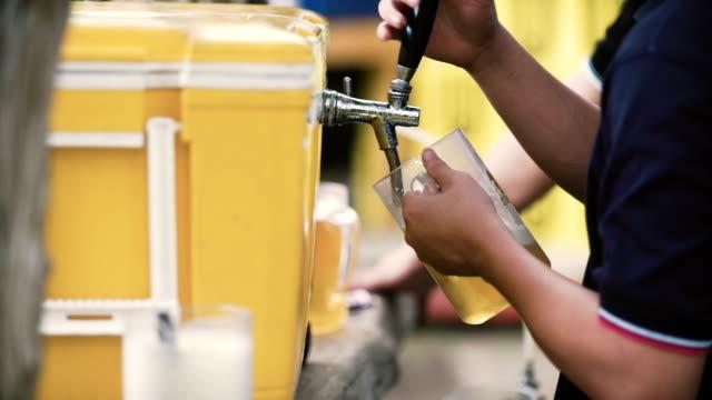 stockvideo's en b-roll-footage met vers getapt bier - foam hand