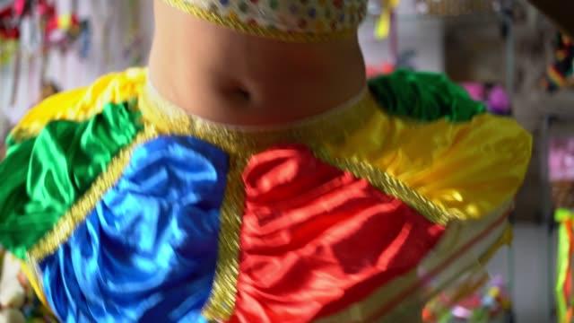 vídeos de stock e filmes b-roll de frevo dancing woman - carnaval evento de celebração