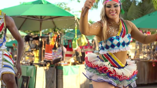 vídeos de stock, filmes e b-roll de frevo na frente da feira do ofício de olinda - cabelo louro