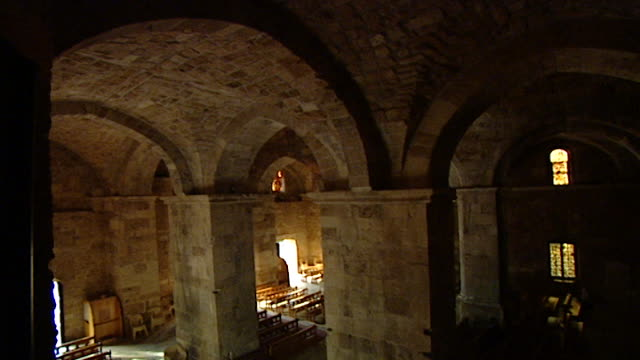 friary and church of saint john-mark. hight angle tilt down from the vaulted ceiling of the medieval church. - periodo medievale video stock e b–roll