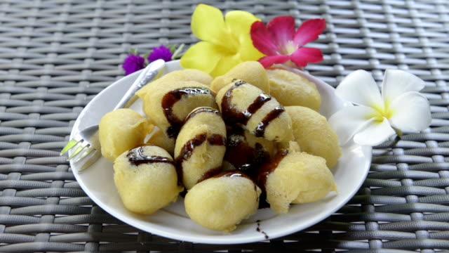 vídeos de stock, filmes e b-roll de fried banana dessert - banana de são tomé