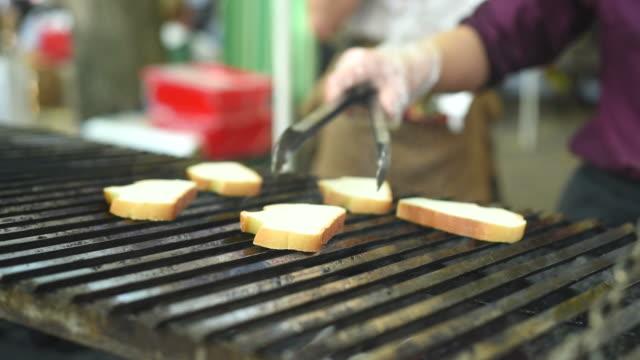 gebratene brot auf dem grill - dschunke stock-videos und b-roll-filmmaterial