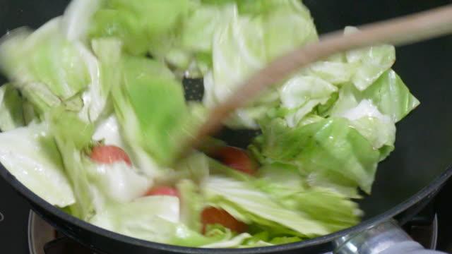 Gebratenem Kohl und Tomaten