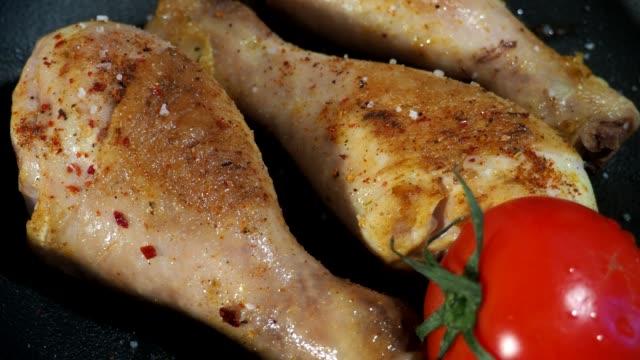 vídeos y material grabado en eventos de stock de pollo frito drumsticks - pollo frito
