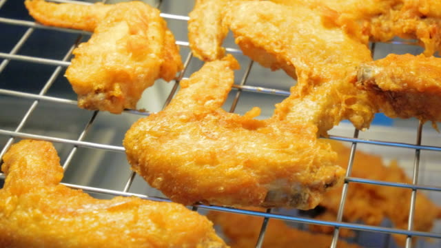 fried chicken im kabinett - fettgebraten stock-videos und b-roll-filmmaterial