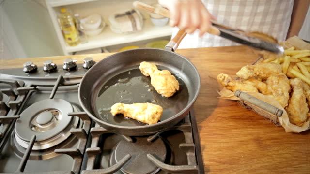 vídeos y material grabado en eventos de stock de pollo frito - muslo de pollo carne