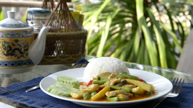 vídeos de stock e filmes b-roll de fried chicken with curry souce and vegetables on rice - chaleira de chá