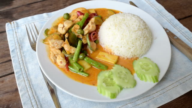 vidéos et rushes de fried chicken with curry souce and vegetables on rice - assiette