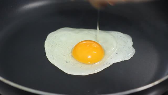 fried egg. full hd - stekt bildbanksvideor och videomaterial från bakom kulisserna
