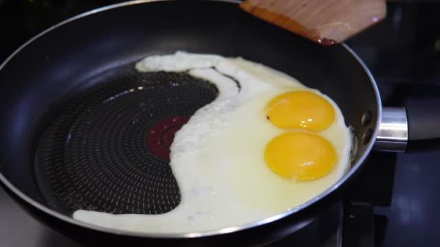 vídeos de stock, filmes e b-roll de ovo frito na panela. - sala de café da manhã