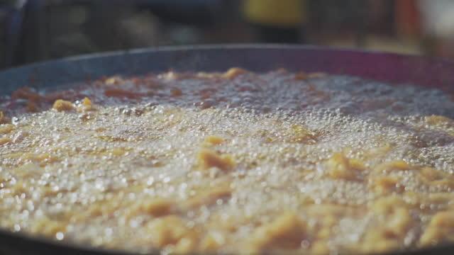 vídeos y material grabado en eventos de stock de comida frita - pollo frito
